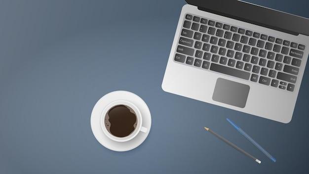 Flache lage des büroarbeitsplatzes. draufsicht auf arbeitstisch. öffnen sie laptop, tasse kaffee, stift, bleistift.