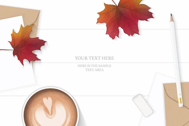 Flache lage draufsicht elegante weiße zusammensetzung brief kraftpapier umschlag bleistift radiergummi kaffee und herbst ahornblatt auf holz hintergrund.