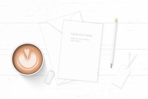 Flache lage draufsicht elegante weiße zusammensetzung briefpapier umschlag bleistift radiergummi tag und kaffee auf holz hintergrund.