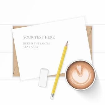 Flache lage draufsicht elegante weiße zusammensetzung papier kraft briefumschlag bleistift radiergummi und kaffee auf holz hintergrund.