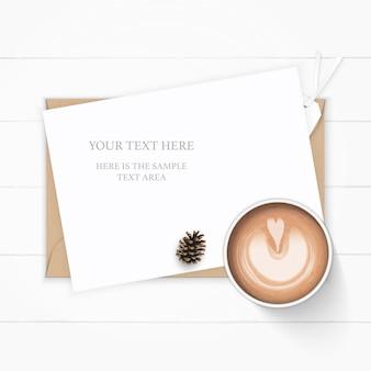 Flache lage draufsicht elegante weiße zusammensetzung papier kraft briefumschlag tannenzapfen und kaffee auf holz hintergrund.