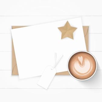 Flache lage draufsicht elegante weiße zusammensetzung papier kraft umschlag tag stern handwerk und kaffee auf holz hintergrund.