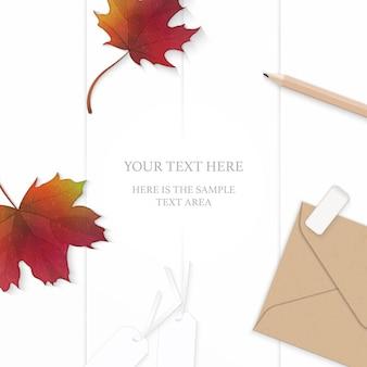 Flache lage draufsicht elegante weiße zusammensetzung papierblatt blume kraft briefumschlag bleistift radiergummi tag und herbst ahornblatt auf holz hintergrund.