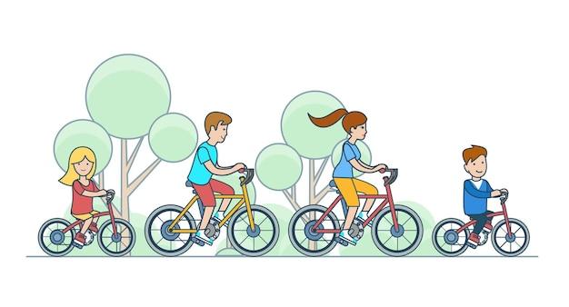 Flache lineare familienkinder, die fahrrad an der parkwaldvektorcharakterillustration fahren