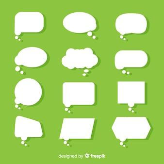 Flache papierart-spracheblase auf grünem hintergrund