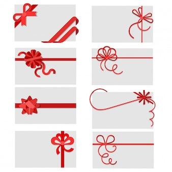Flache rote geschenkbögen des bandes auf gruß- oder einladungskartenumschlägen mit kopienraumvektor-illustrationssatz.
