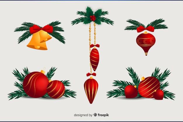 Flache weihnachtsdekoration mit weihnachtsbällen und kiefernblättern