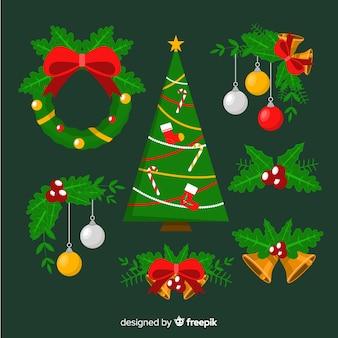 Flache weihnachtsdekoration mit weihnachtsbaum und kranz