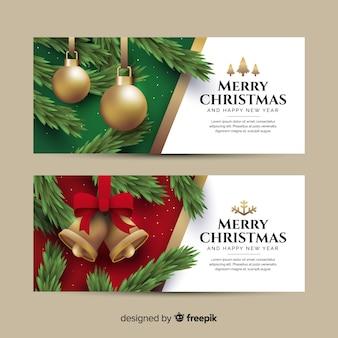 Flache weihnachtsfahnen mit weihnachtsbällen und -glocken