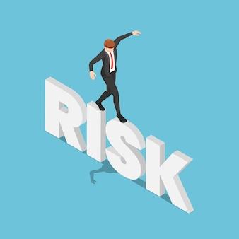 Flacher isometrischer 3d-geschäftsmann versuchen sie, auf risikowort zu gehen und zu balancieren. risikomanagement-konzept.