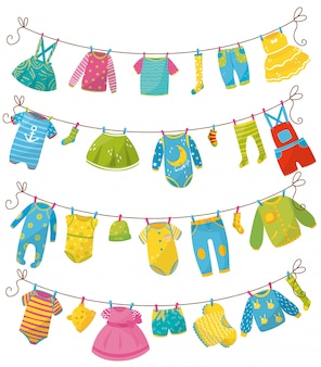 Flacher satz kinderkleidung am seil. kleidung für neugeborene jungen oder mädchen. bodysuit, rock, t-shirt, pullover, hose, strampler, mütze, socke, kleid. kinderkleidungsstück