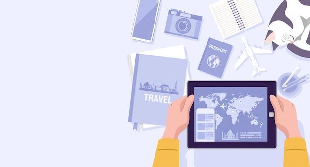 Flaches design, illustration eines mannes, der reise-apps auf tablett zu hause verwendet.