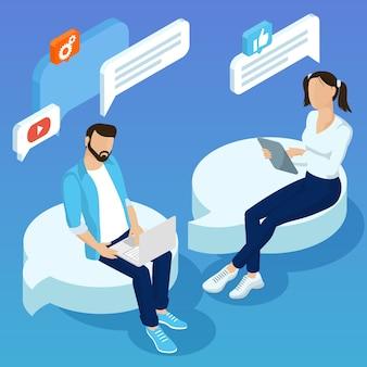 Flaches designkonzept für mobile soziale netzwerkverbindungen e-mail-marketing-leute, die testimonials-konzept mit jungen leuten chatten, die kommentare des sozialen netzwerks machen