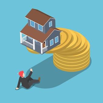 Flaches isometrisches 3d-haus auf der oberseite der goldenen münze, die auf den geschäftsmann fällt. immobilieninvestition und konkurskonzept.