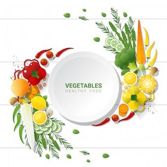 Flaches lages frisches gemüse auf weißem tischhintergrund, gesundes nahrungsmittelkonzept