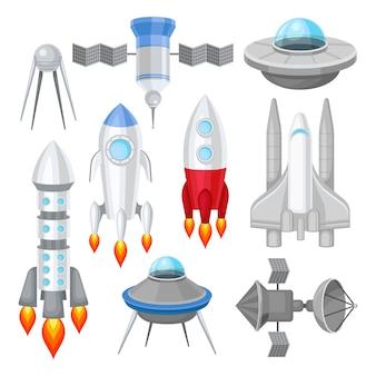 Flaches set verschiedener raumschiffe. raketen mit motorfeuer, großem space shuttle, außerirdischen fliegenden untertassen und satelliten. kosmos-thema