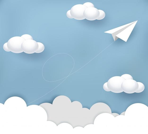 Flaches weißes papierfliegen bis zum himmel zwischen wolke