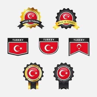 Flagge der türkei mit emblemabzeichen