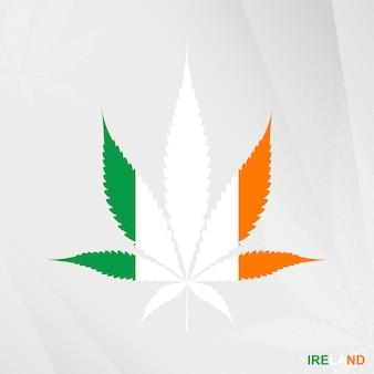 Flagge von irland in marihuana-blattform. das konzept der legalisierung von cannabis in irland.