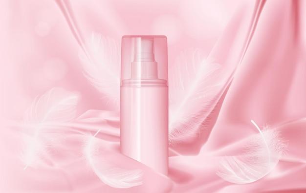 Flasche mit parfüm auf rosa seide und federn