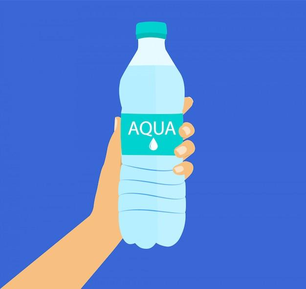 Flasche wasser in der hand.