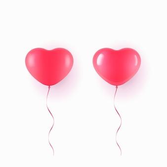 Fliegender roter ballon in der herzform über weißem hintergrund