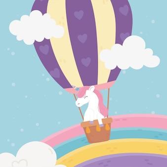 Fliegendes einhorn in der niedlichen cartoonillustration des heißluftballonregenbogenhimmelphantasie-magietraums