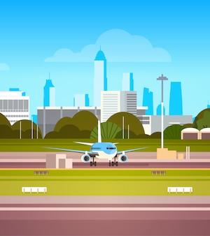 Flughafenabfertigungsgebäude mit flugzeug auf laufbahn vor start