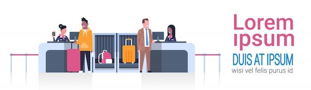 Flughafenangestellte auf zähler männliche passagiere eincheckend, abfahrtstafel-konzept