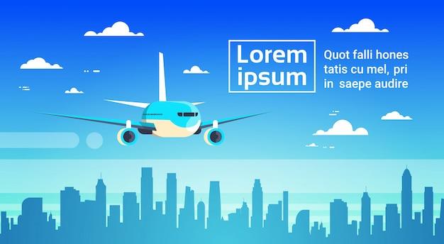 Flugzeug, das über stadt-wolkenkratzer-flugzeug in den himmel-stadtbild-skylinen fliegt