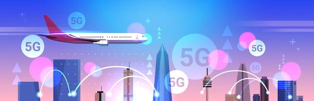 Flugzeug fliegt über smart city 5g online-kommunikationsnetzwerk drahtlose systeme verbindungskonzept