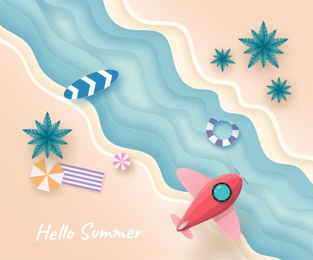 Flugzeug oder raumschiff fliegen am himmel über dem strand und meer im sommer tag.