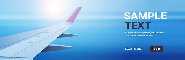 Flugzeugfensteransicht in den offenen raumhimmel mit flügelreisetourismus-lufttransportkonzeptkopierraum