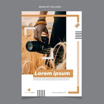 Flyer-vorlage, die einen fotografen enthält, der eine kamera hält.
