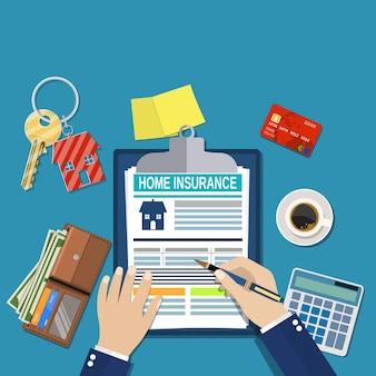 Formularkonzept für die hausratversicherung. hausschlüssel, haus, taschenrechner, zwischenablage und geld. mann unterschreibt ein rechtsdokument hausversicherung.