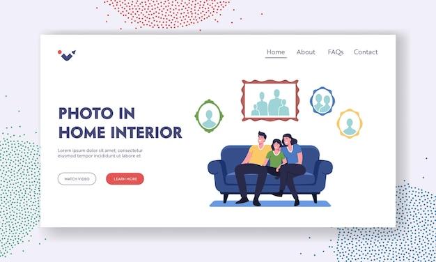 Foto in home interior landing page vorlage. glückliche familie sitzt auf der couch im wohnzimmer mit bildern an der wand. charaktere zu hause mit portraits collection. cartoon-menschen-vektor-illustration