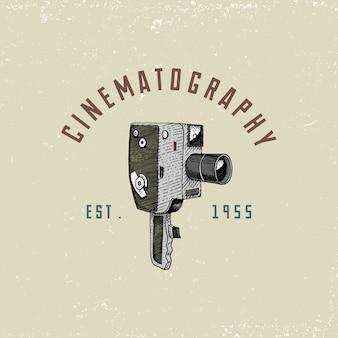 Foto-logo-emblem oder etikett, video, film, filmkamera vom ersten bis jetzt vintage, gravierte hand gezeichnet in skizze oder im holzschnittstil, alt aussehende retro-linse, realistische illustration.