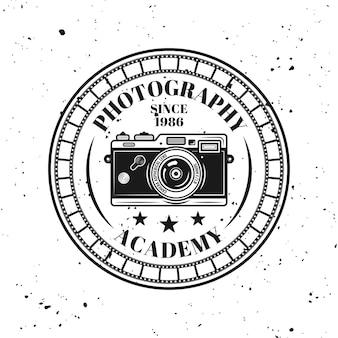 Fotografie-akademie-vektor rundes emblem, etikett, abzeichen oder logo im vintage-monochrom-stil einzeln auf hintergrund mit abnehmbarer grunge-textur