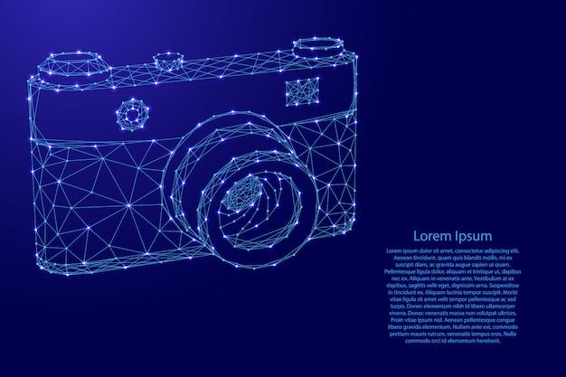 Fotokamera von den futuristischen polygonalen blauen linien und von den glühenden sternen für fahne, plakat, grußkarte.