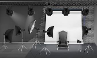 Fotostudio-Interieur mit leerem Sessel, graue Mauer, weißer Projektorschirm, Scheinwerfer