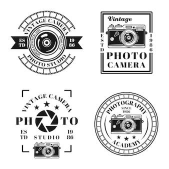 Fotostudio und vintage-fotografie-set von vier vektoremblemen, abzeichen, etiketten oder logos im monochromen stil einzeln auf weißem hintergrund