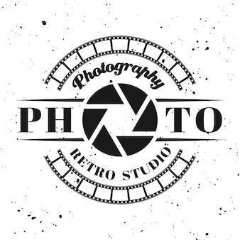 Fotostudio-vektoremblem, etikett, abzeichen oder logo im vintage-monochrom-stil einzeln auf hintergrund mit abnehmbarer grunge-textur