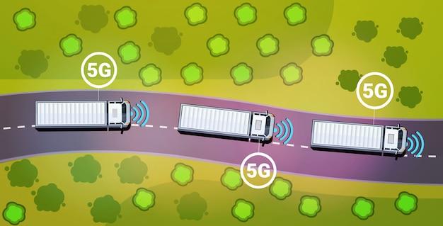 Fracht-lkw-anhänger fahren straße 5g online-kommunikation drahtlose systeme verbindungskonzept
