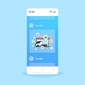 Frachtwagen oder lkw mit weltkarte standort geo tags paket express lieferservice unternehmen konzept smartphone bildschirm online-mobilanwendung