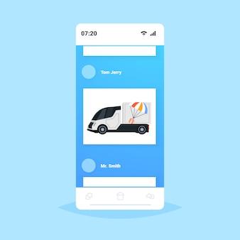 Frachtwagen oder lkw-paketbox mit fallschirm-express-lieferservice-konzept smartphone-bildschirm online-mobilanwendung illustration