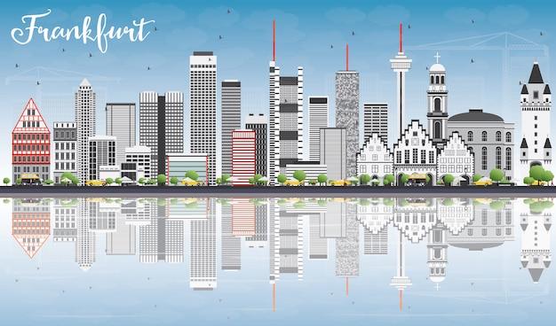 Frankfurter skyline mit grauen gebäuden, blauem himmel und reflexionen.