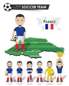 Frankreichs fußballnationalmannschaft. fußballspieler mit sporttrikot stehen auf der landkarte des perspektivfeldes und der weltkarte. set von fußballspielerpositionen. flaches design der zeichentrickfigur. vektor.