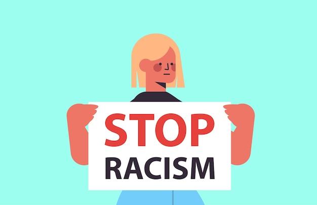 Frau aktivistin hält stop rassismus poster rassengleichheit soziale gerechtigkeit stop diskriminierung porträt