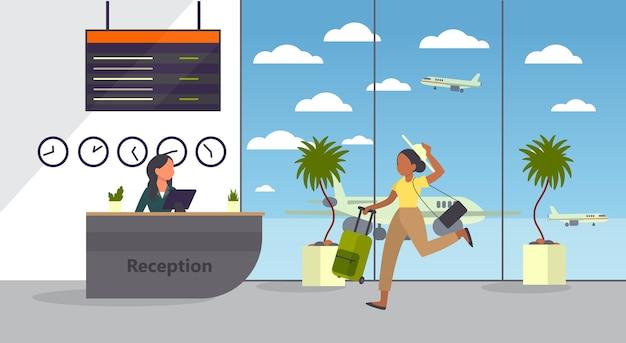 Frau am flughafen läuft mit gepäck. touristen mit gepäck. idee von reisen und urlaub. ankunft im flugzeug.