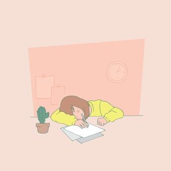 Frau am tisch schlafen.